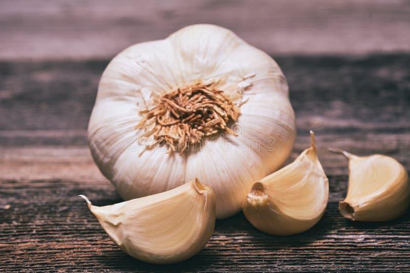 Knoblauch ist für sein scharfes Aroma am meisten benutzt stockbild