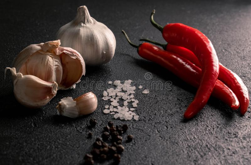 Knoblauch mit grobem Salz des Paprikas Seeund schwarzem Pfeffer stockfotos