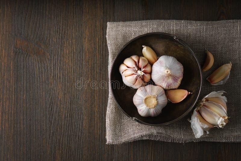 Knoblauch und Knoblauchzehen auf Dunkelheit lizenzfreie stockfotos