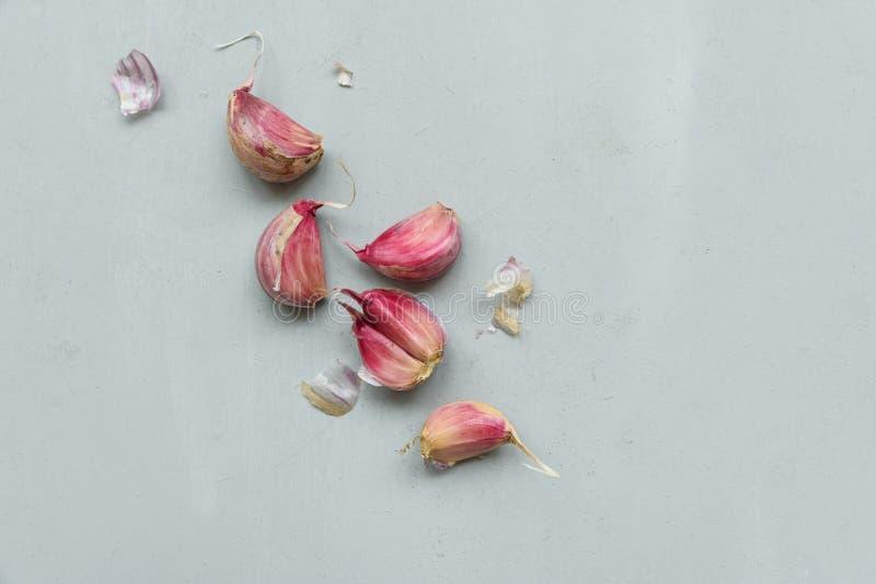 Knoblauchknollen und Nelken auf grauem hölzernem Hintergrund Herbstblattrand mit verschiedenem Gem?se auf wei?em Hintergrund Besc lizenzfreie stockfotos