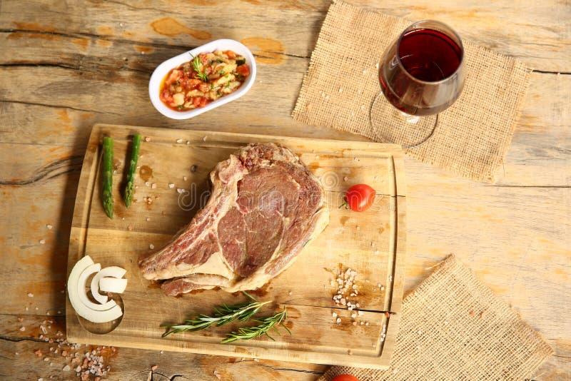 Knochen in Ribeye-Steak stockbild
