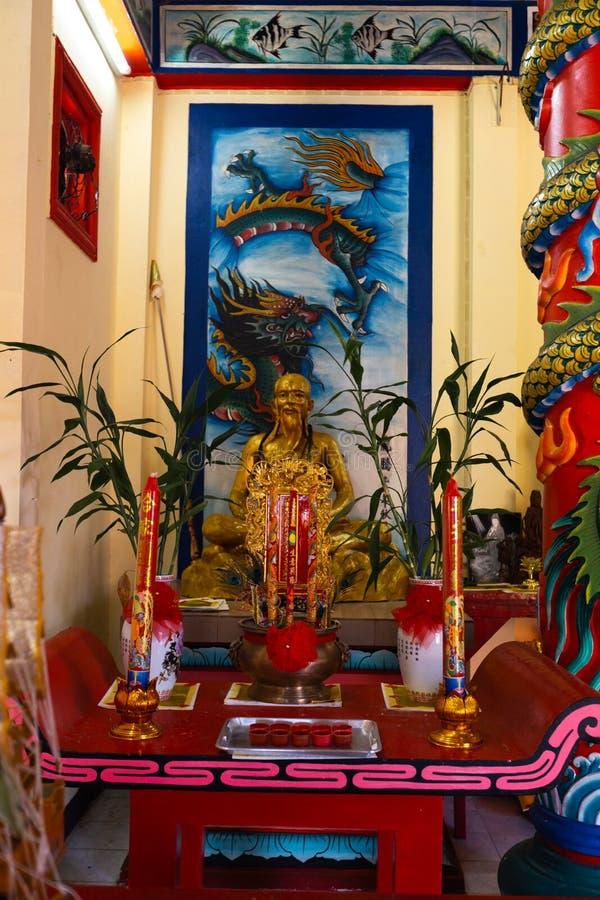 KNOCK-OUT CHANG, TAILANDIA - 10 DE ABRIL DE 2018: Templo chino del buddist en el área del norte de la isla - jeroglíficos y model foto de archivo