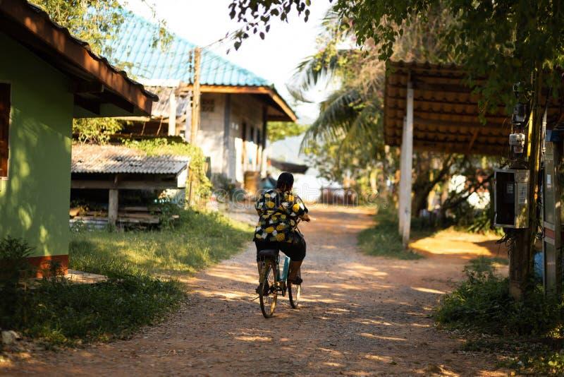 KNOCK-OUT CHANG, THAILAND - APRIL 10, 2018: Het dorp van authentieke traditionele vissers op het eiland - Mensen en kinderen binn stock afbeelding