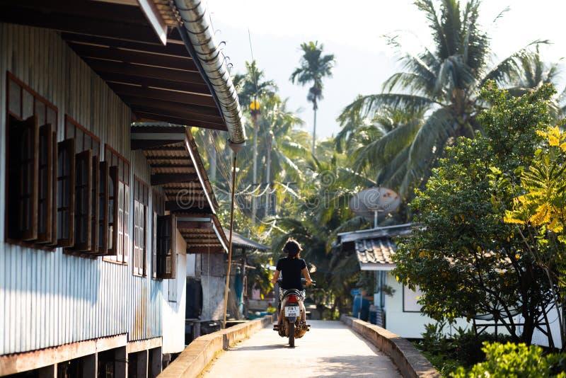 KNOCK-OUT CHANG, THAILAND - APRIL 10, 2018: Het dorp van authentieke traditionele vissers op het eiland - Mensen en kinderen binn stock foto