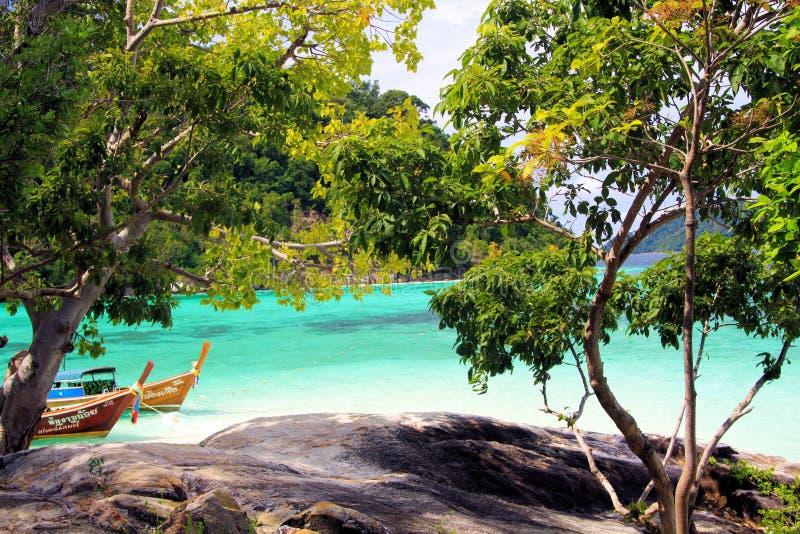 KNOCK-OUT LIPE, THAILAND ANDAMAN-HAV - DECEMBER 28 2013: Sikt utöver träd och stenig platå på fartyg och turkos för lång svans fotografering för bildbyråer