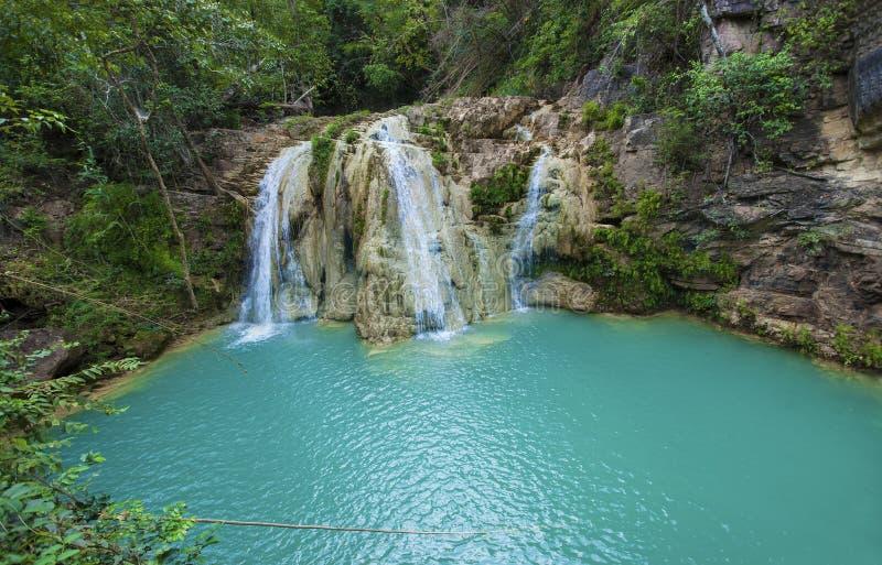 Knock-out-luangvattenfall i Lamphun Thailand osedda Thailand dragningar arkivfoton
