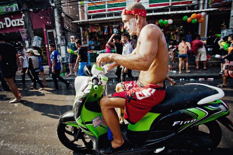 KNOCK-OUT SAMUI, TAILANDIA - 13 DE ABRIL: Motorista mojado sucio no identificado en un festival de la lucha del agua o el festiva imágenes de archivo libres de regalías