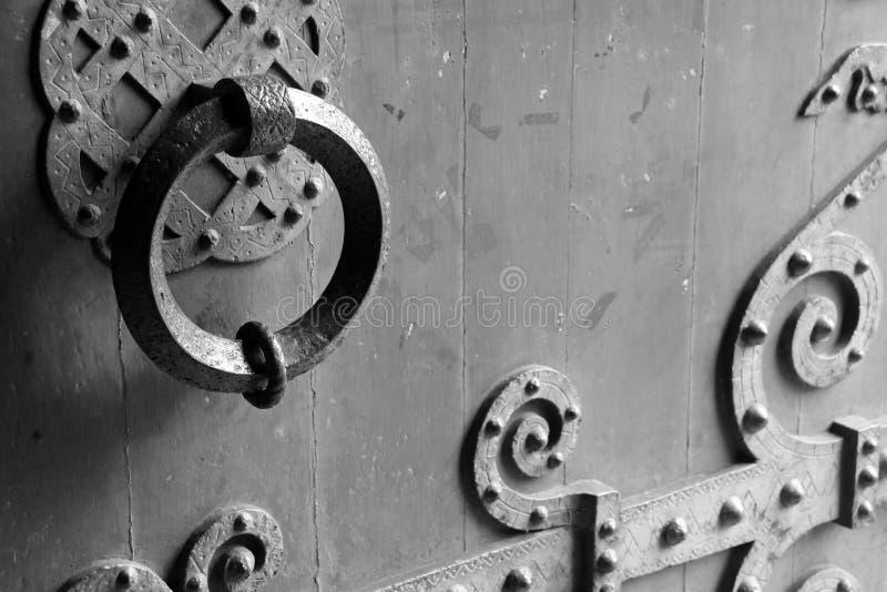 Knocker brama opactwo kościół w Caen, Francja, dekoruje z geometrical wzorami fotografia royalty free