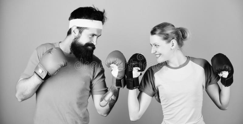 Knockout en energie paar opleiding in bokshandschoenen trein met bus sportkleding ponsen, sportsucces gelukkig royalty-vrije stock foto's