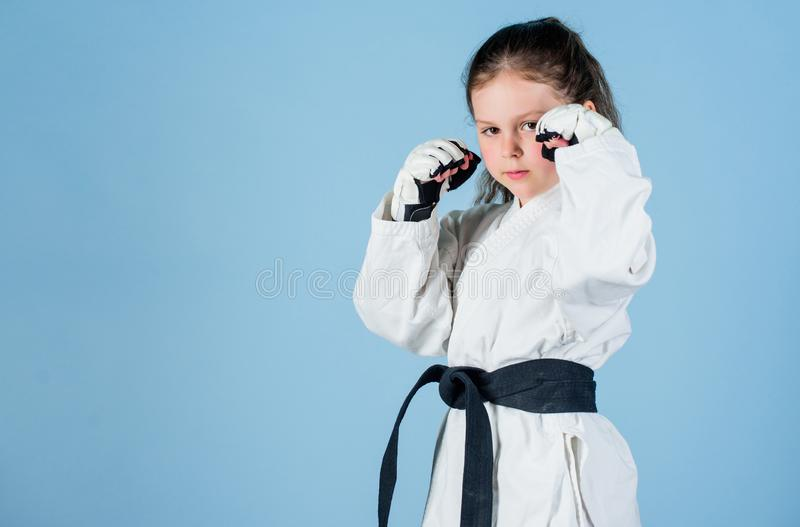 knockout energ?a y actividad para los ni?os Kung Fu practicante Ni?ez feliz ?xito del deporte en solo combate muchacha adentro imagen de archivo libre de regalías