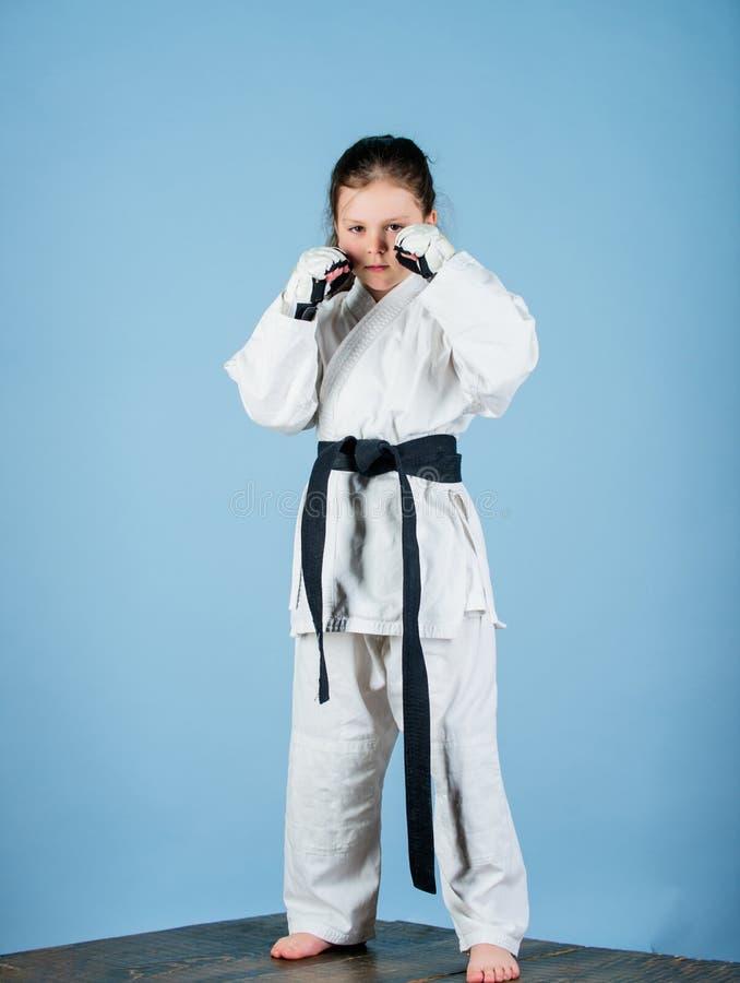 knockout Energie und Tätigkeit für Kinder wenig Mädchen in der Gisportkleidung kleines Mädchen in der Kampfkunstuniform ?ben stockfotografie