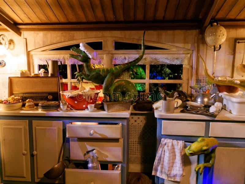 Knoei in een keuken door grappig Dinos-landschap wordt gemaakt dat royalty-vrije stock foto's