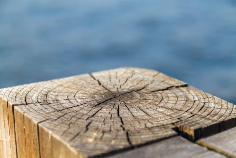 Knoestige houten straal van een oude Omheiningsclose-up stock afbeeldingen