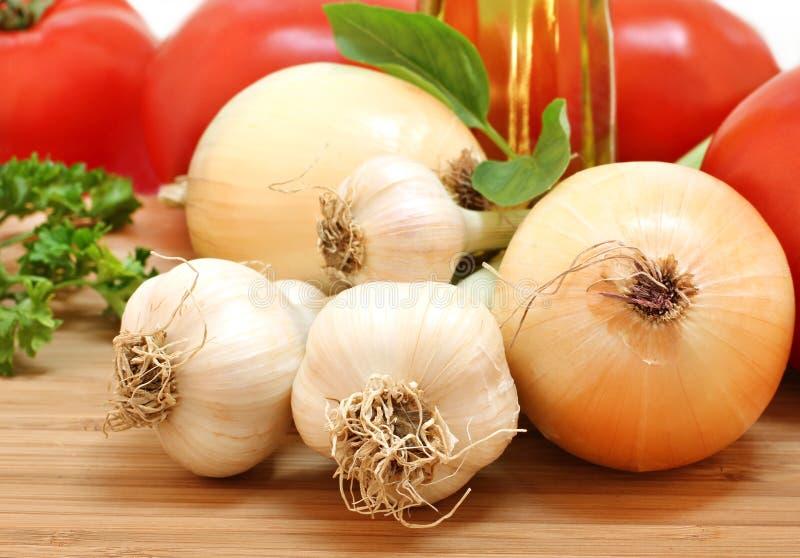 Knoflook, de uien, de tomaten en de peterselie van de tuin het verse royalty-vrije stock afbeelding