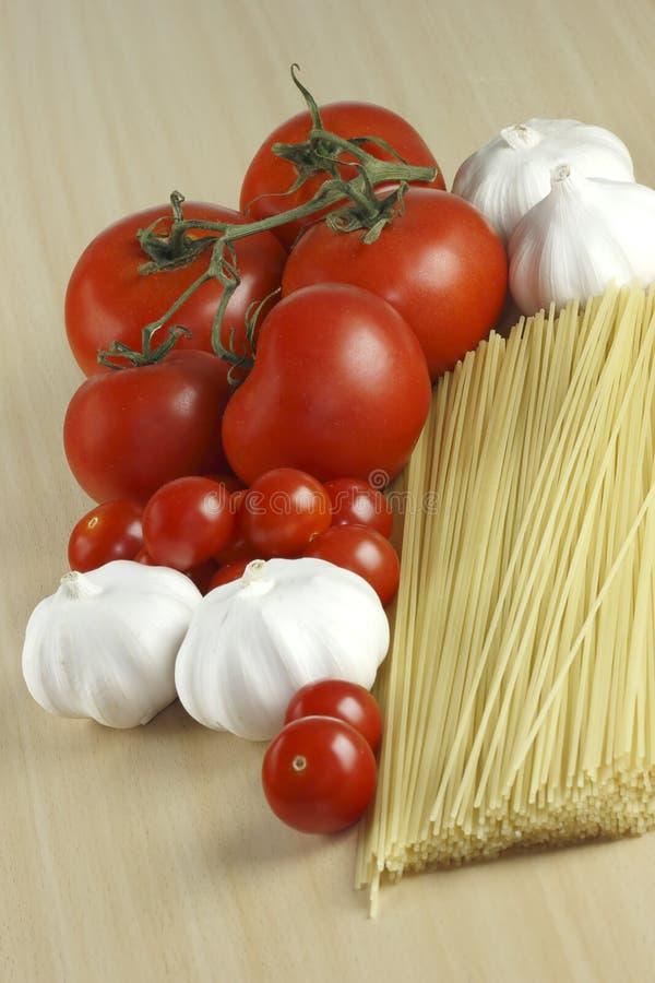 Knoflook, deegwaren en tomaten royalty-vrije stock foto's