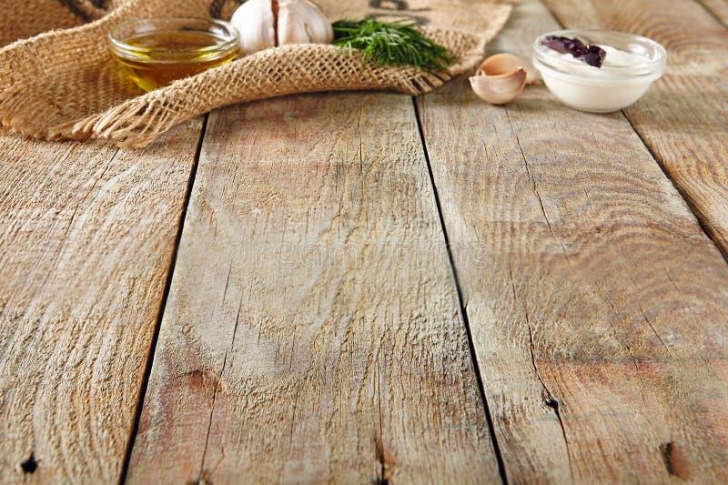 Knoflook, Dille, Zure room en Olive Oil op Mooie Uitstekende Bedelaars stock fotografie