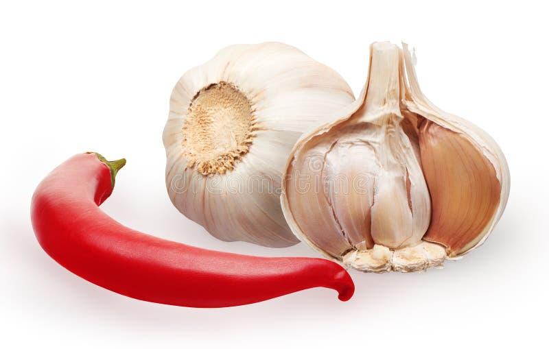 Knoflook en de rode die groente van de Spaanse peperpeper op wit wordt geïsoleerd royalty-vrije stock fotografie