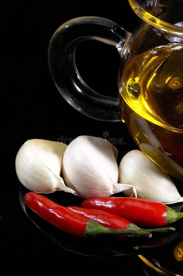 2577172 knoflook extra eerste persing en rode Spaanse peperpeper stock fotografie