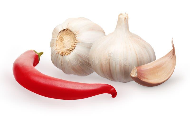 Knoflook met kruidnagel en de rode groente van de Spaanse peperpeper op wit stock afbeelding