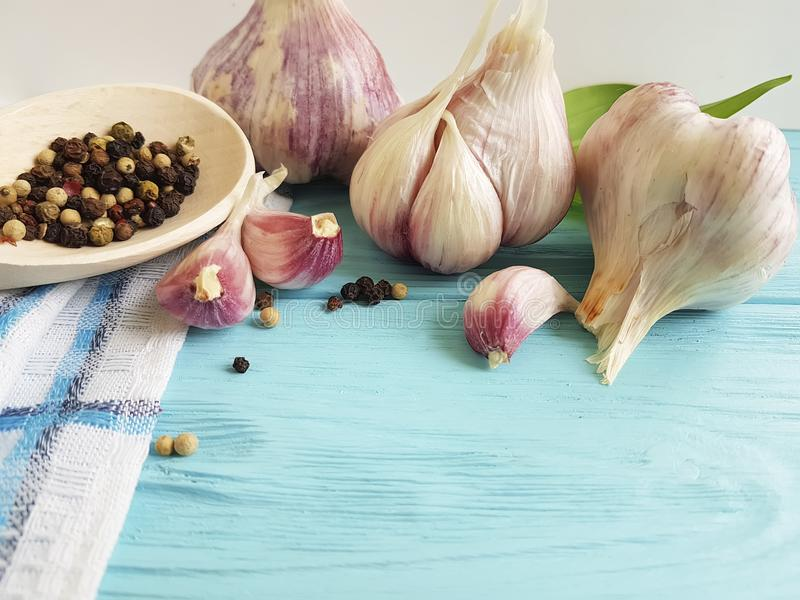 Knoflook, van de het aroma kokende versheid van het zwarte peper de uitstekende kruiden groente van de de keukenvoeding op blauw  stock foto's