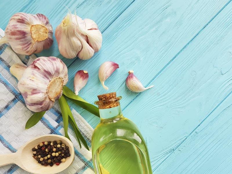 Knoflook, zwarte peper, kruidend de voedings aromaticon blauw hout van de lijstolie royalty-vrije stock foto