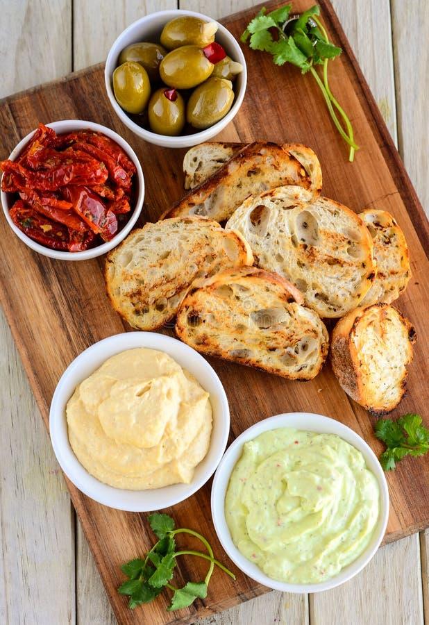 Knoflookbrood met de onderdompeling die van muntachtig Mayo en van de kaas wordt gediend stock afbeeldingen