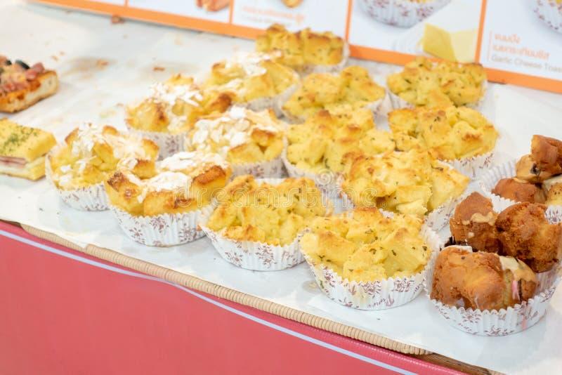 Knoflookbrood in warenhuis wordt verkocht dat royalty-vrije stock foto's