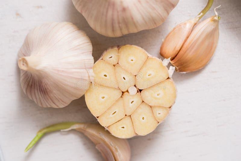 Knoflookkruidnagels en Bol voor voedsel het koken in de keuken royalty-vrije stock foto