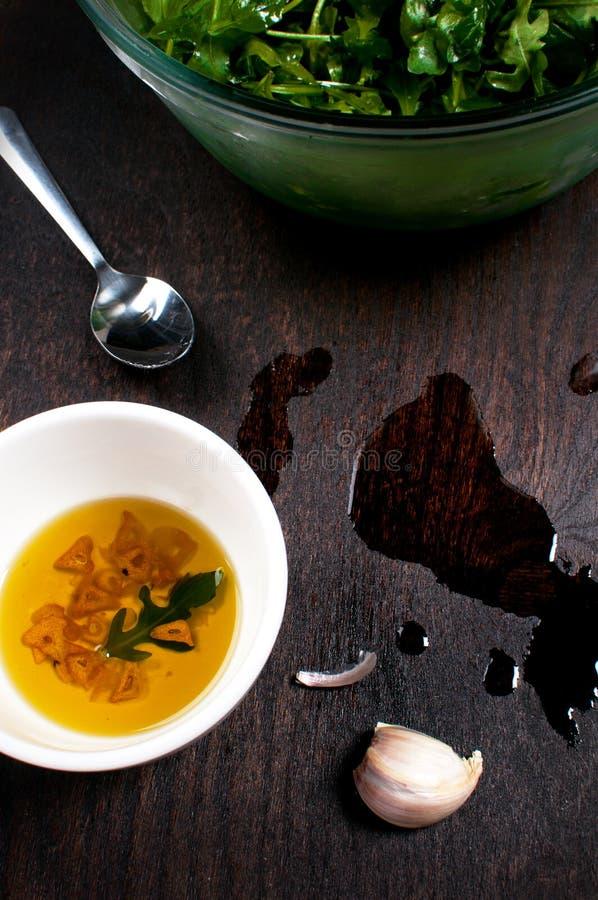 Knoflookolijfolie die zich voor salade kleden royalty-vrije stock afbeeldingen