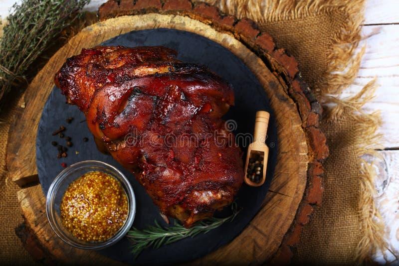 Knogeeisbein för grillat griskött med senap på träskärbräda Oktoberfest meny royaltyfri bild