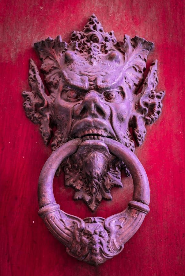 Knoker della porta su una vecchia porta di legno rossa fotografia stock libera da diritti