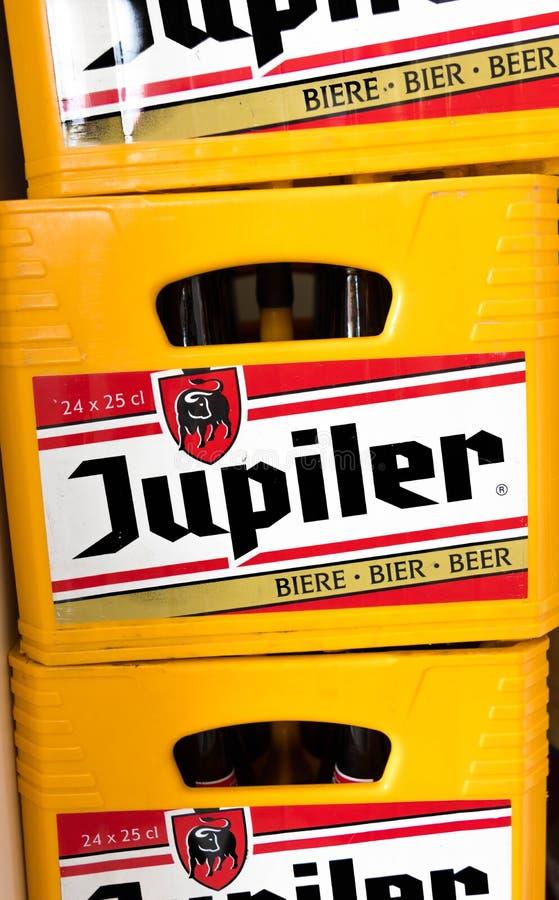 Knokke/Belgique - 08 08 18 : Le CCB belge de baquet de Jupiler Belgique de bière enferment dans une boîte photo stock