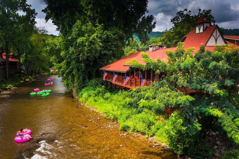 Knollen im Chattahoochee River, in Helen, Georgia lizenzfreies stockfoto