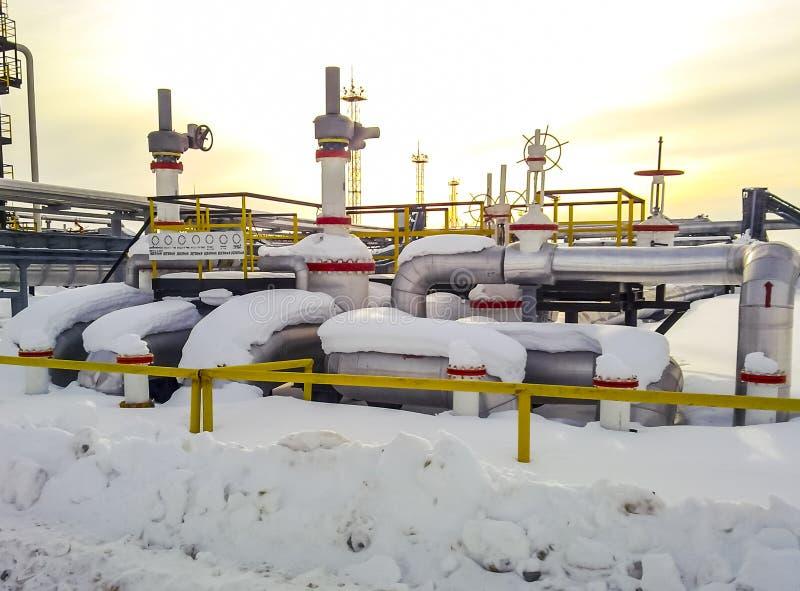Knoop van kleppen op oliepijpleidingen Sluitkleppen in de sneeuw Reductiemiddelen op de kleppen royalty-vrije stock afbeelding
