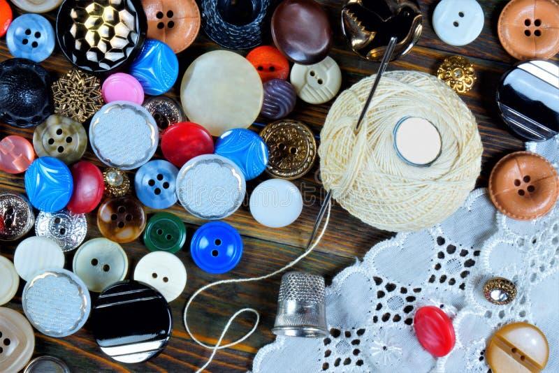Knopen, naald, vingerhoedje, draad en patroon - achtergrond voor het ontwerp en de creativiteit van de kleermaker Knoop — greep o stock foto's