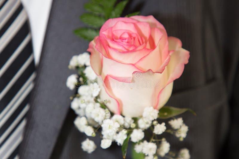 Knopflochblumen für Bräutigam während des Hochzeitstags lizenzfreies stockbild