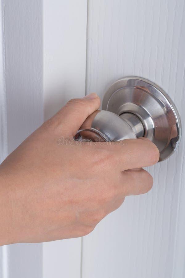 Knopp för handöppningsdörr på den vita dörren arkivbild
