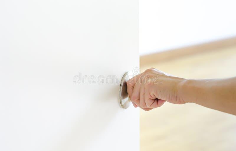 Knopp för handöppningsdörr, vit dörr arkivfoto