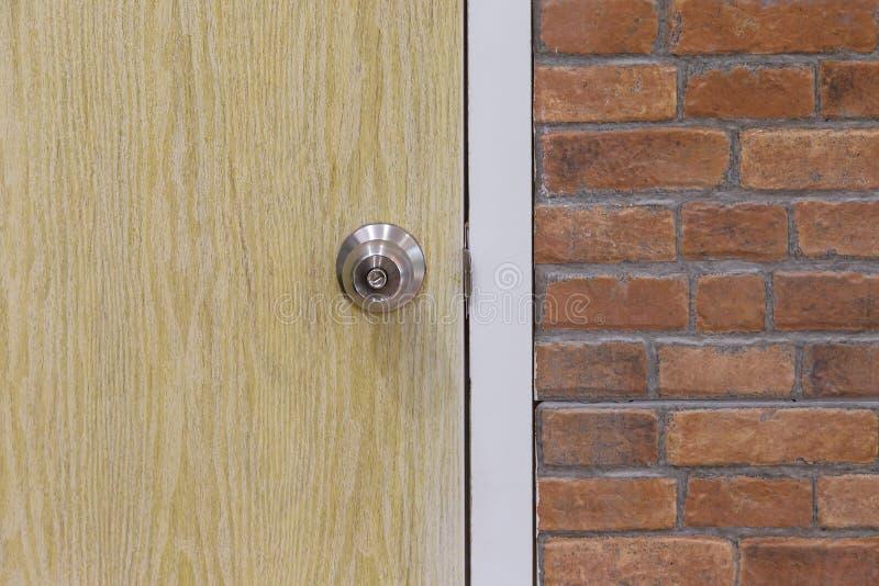 Knoppar för dörr för tegelstenvägg och trä royaltyfri fotografi