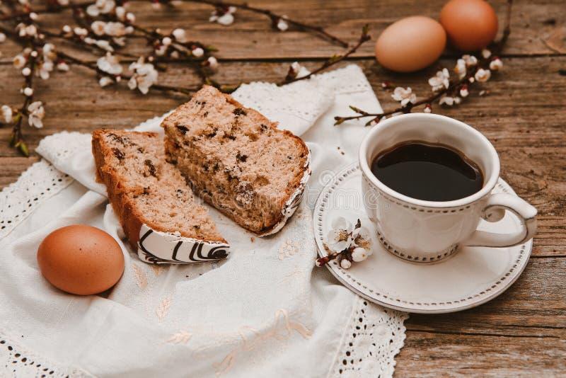 Knoppar för filialer för pil för vitt tefat för kaffe trä arkivfoto