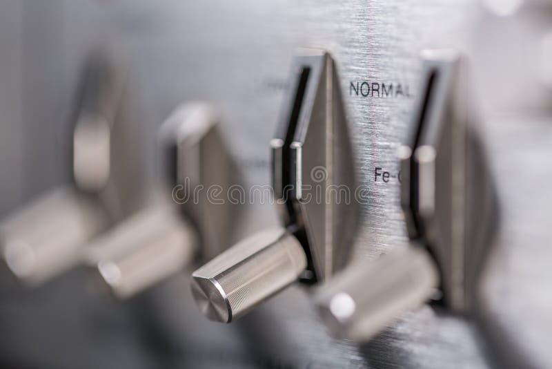 Knoppar och knappar av den gamla bandspelaren royaltyfri bild