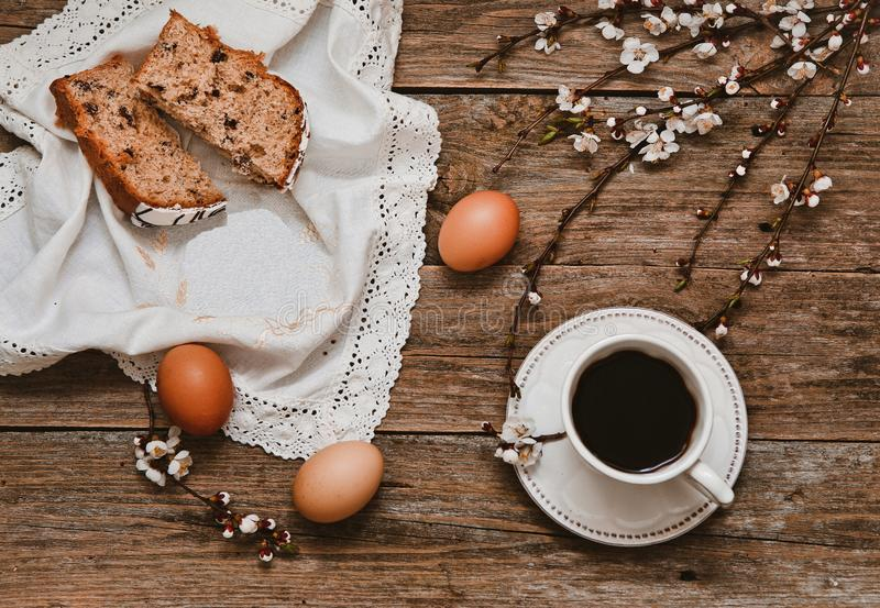 Knoppen van de wilgentakken van de koffie de witte schotel houten royalty-vrije stock afbeeldingen