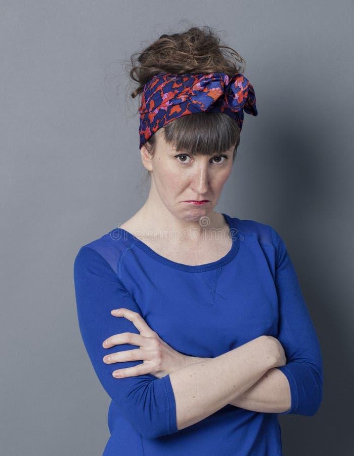Knorrige jonge vrouw met het modieuze kapsel mokken, die teleurgesteld kijken stock foto's