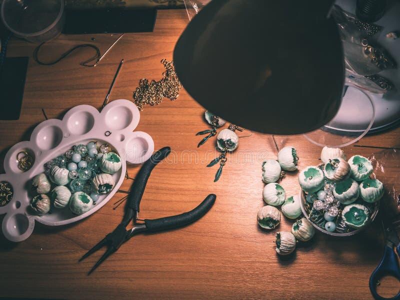 Knospen des Polymerlehms, runde Zangen, Funktionsraum lizenzfreies stockfoto