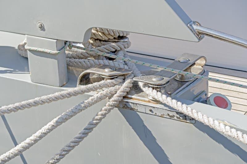 Knoten auf einem Schiffspoller eines Bootes lizenzfreie stockfotos