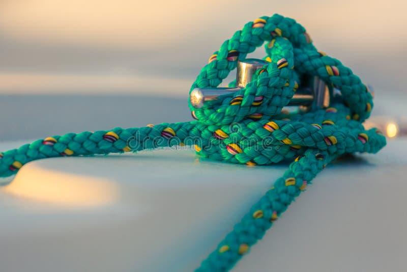 Knoten vom Segelnseil auf Segelbootbügelen stockfotos