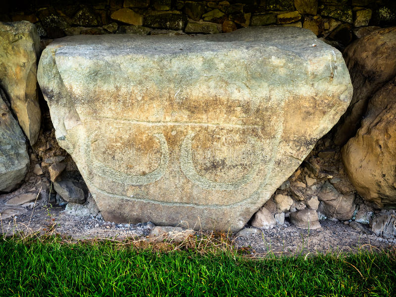 Knowth新石器时代的土墩、路边石与螺旋和锭剂,怒火 免版税库存照片