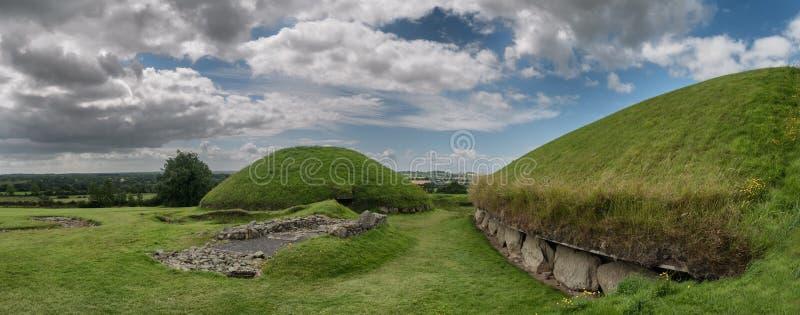 Knowth新石器时代的段落坟茔,主要土墩在爱尔兰 免版税库存照片
