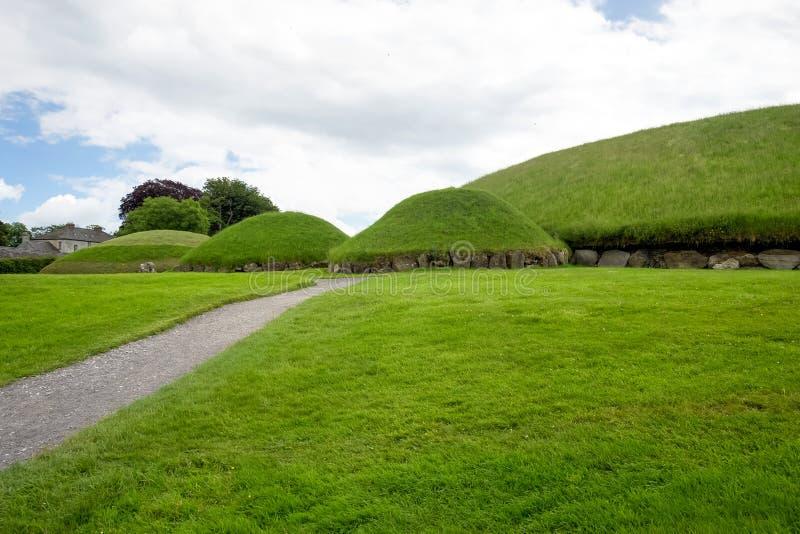 Knowth is een Neolithisch passagegraf in Ierland stock afbeeldingen