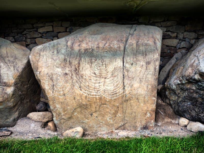Knowth Neolityczny kopiec, Kerbstone z spiralami i lozenges, gniew fotografia stock